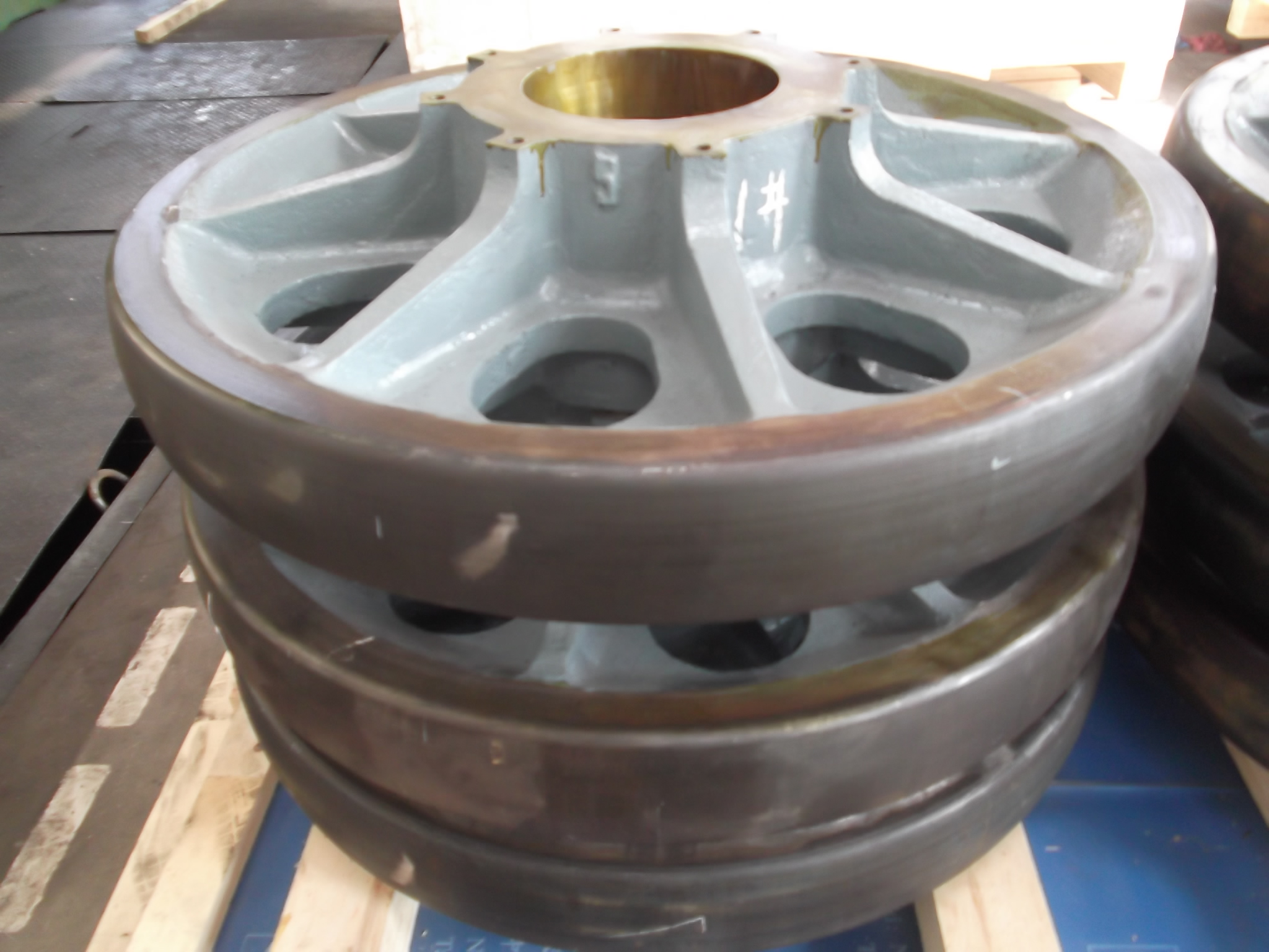 support wheel for heavy mining equipment, casting pieces
